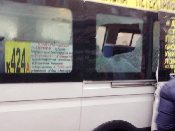 Утренняя маршрутка с разбитыми стеклами везла пассажиров из Петергофа