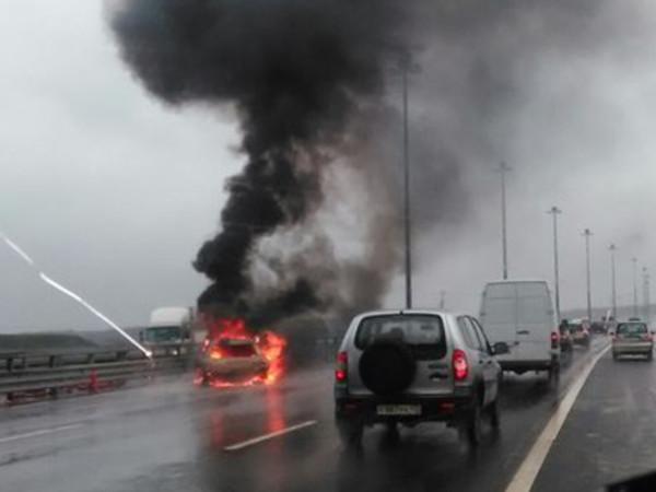 Автомобиль загорелся после аварии на КАД