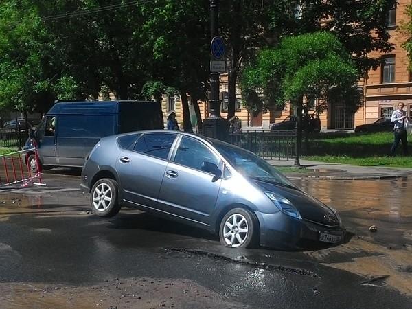 Автомобиль провалился в размыв на Васильевском в ходе испытания теплосетей