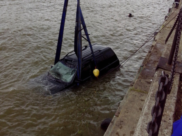 В Стрельне из воды достали Land Rover