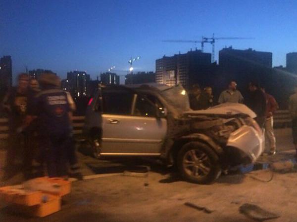 Водитель Nissan не заметил дорожную службу на КАД и устроил ДТП