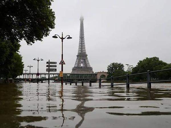 В Париже Сена вышла из берегов. Лувр спасает экспонаты