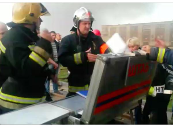 МЧС проводит замеры воздуха на месте пожара в Понтонном