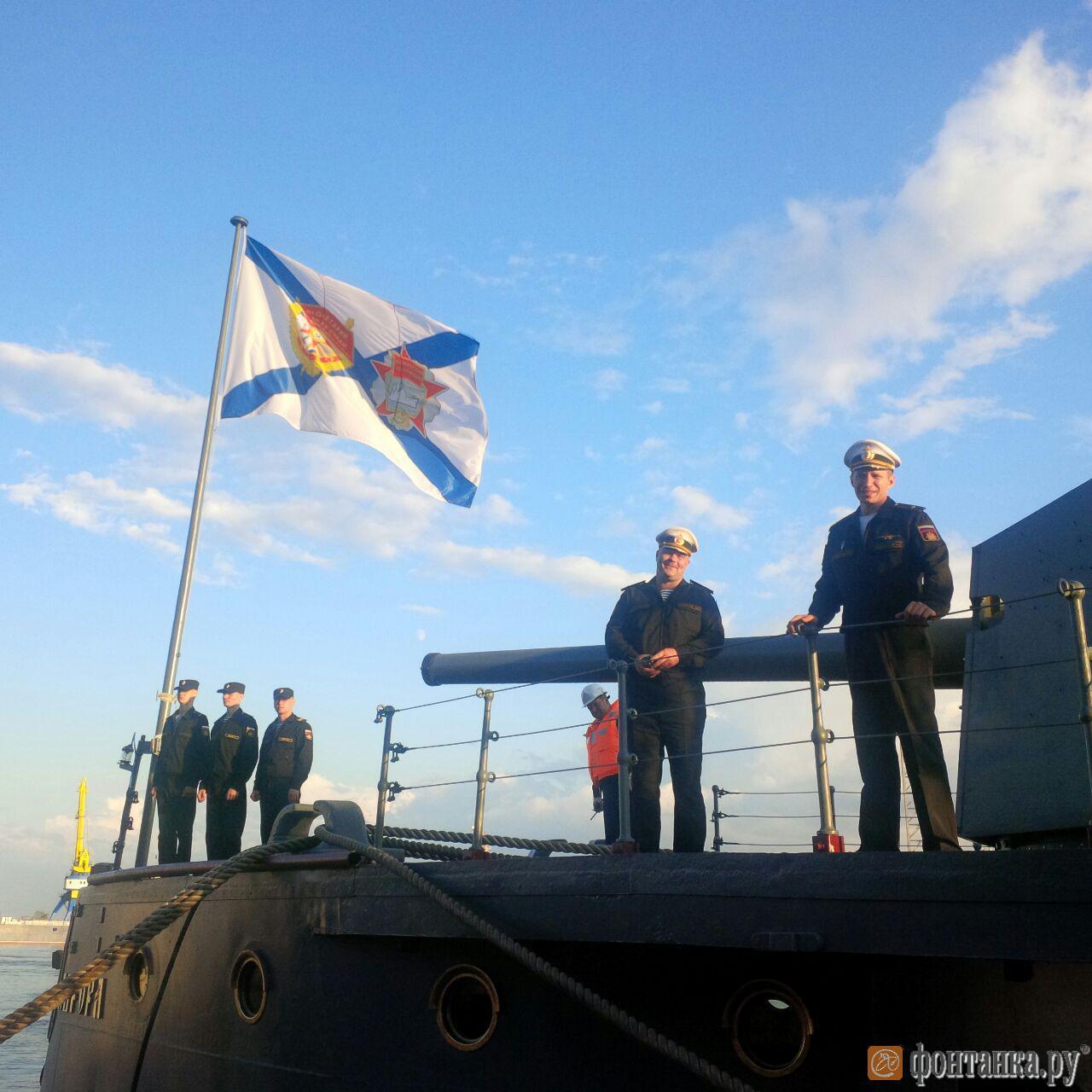 """Командир и старпом """"Авроры"""" перед отходом крейсера с Кронштадского морского завода"""
