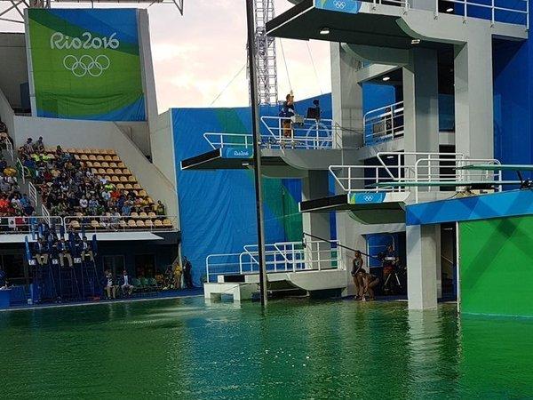 Прыгуны в воду испугались зеленой воды в олимпийском бассейне