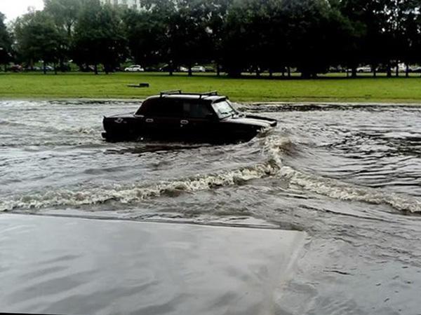 Машины тонут из-за сильных дождей в Петербурге