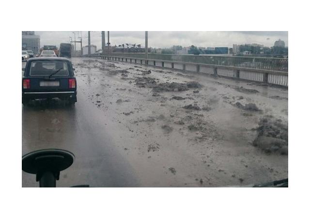 Самосвал навалил грязи на Кантемировском мосту
