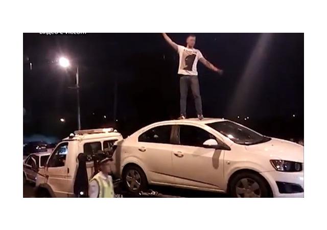 В Башкирии водитель устроил ДТП и станцевал на крыше машины