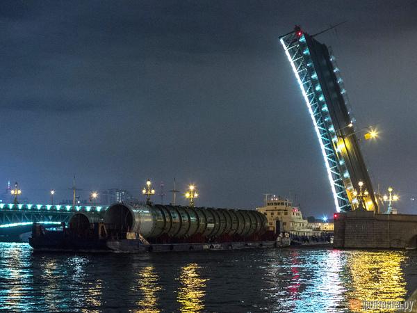 Ночной груз на Неве оказался не ракетами, а оборудованием для нефтепереработки