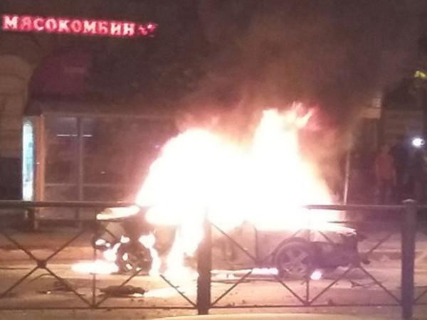 На Стачек автомобиль задел встречную маршрутку и взорвался