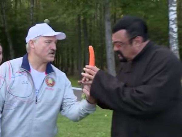 Лукашенко почистил Сигалу морковку