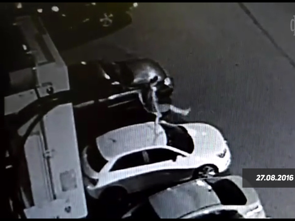 На Саблинской обнажённый мужчина прыгал по машинам