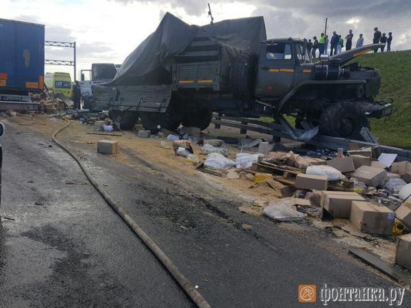 На КАД столкнулись военные грузовики, к раненым вызван вертолет