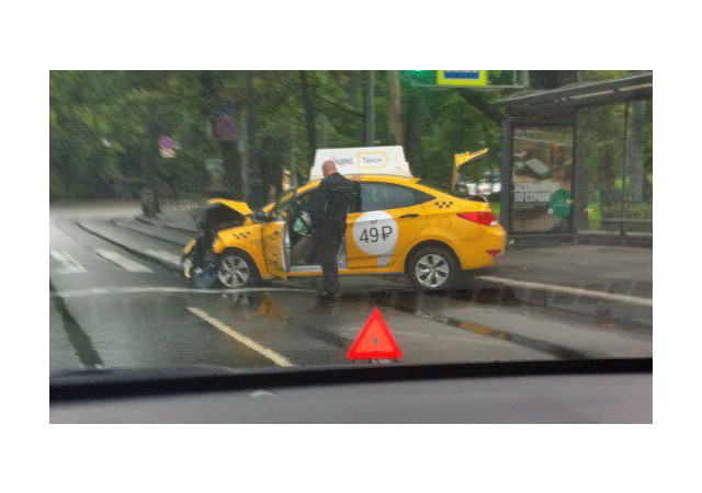 Два одинаковых такси не поделили пустой Каменноостровский
