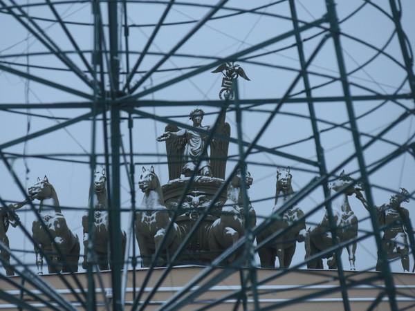 На Дворцовой площади разобрали новогоднюю елку
