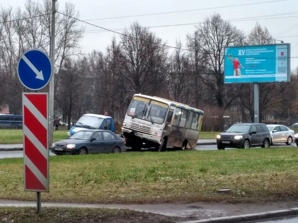 В Петербурге маршрутка штурмовала платформу эвакуатора