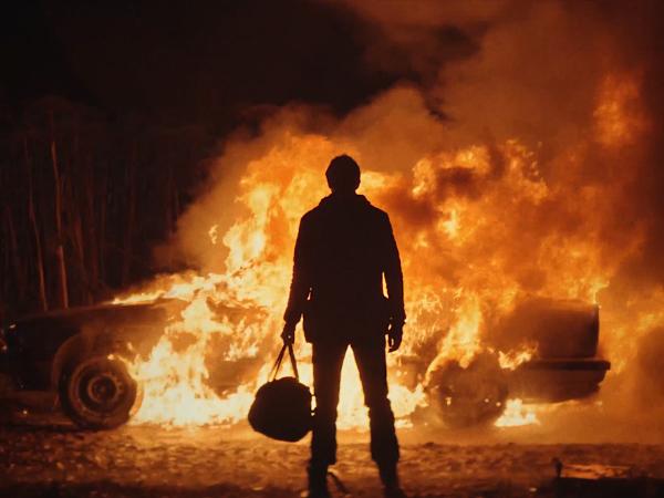 В новом клипе «Ленинграда» Александр Паль ограбил банк и сжёг девушку