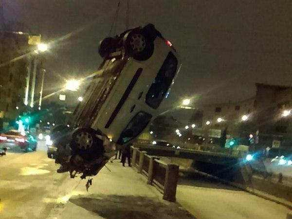 В Карповку рухнул автомобиль