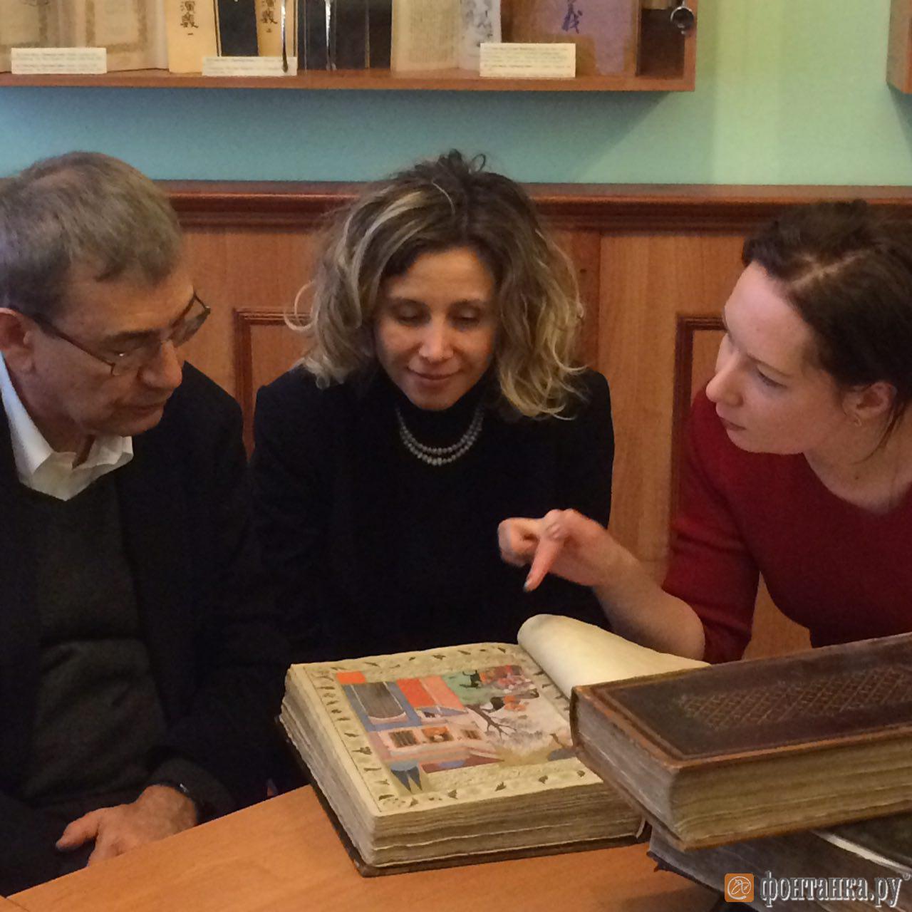 Орхан Памук, его супруга, и переводчик Аполлинария Аврутина рассматривают рукописи.