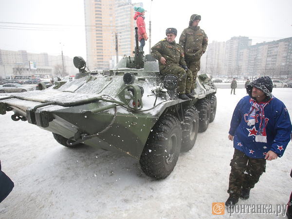 СКА и ЗВО показали у Ледового дворца действующую военную технику