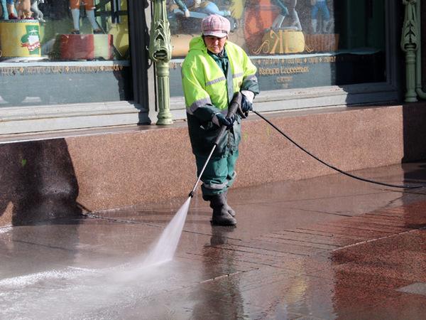 В Петербурге начали мыть улицы