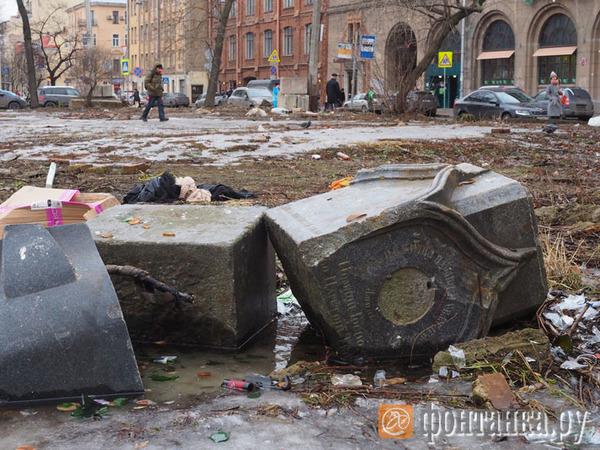 На Петроградской стороне «всплыли» старинные надгробия
