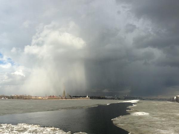 Погода разделила небо над Петербургом на темную и светлую сторону