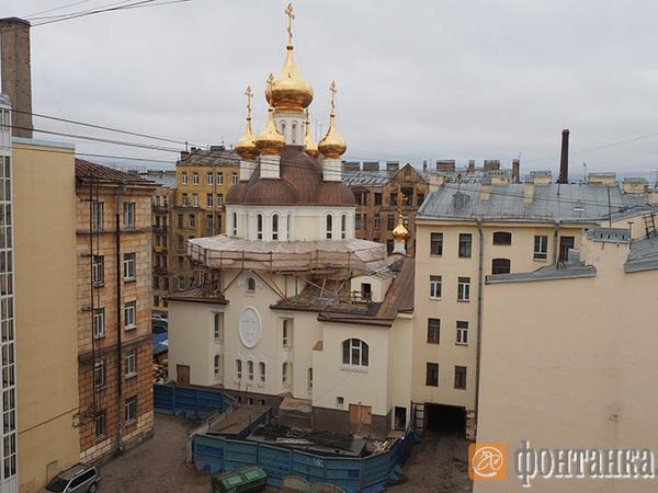 В Петербурге напротив дома с Мефистофелем достроили церковь Ксении Петербургской