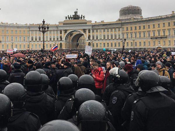 Над Дворцовой - вертолет, на Невском — ОМОН