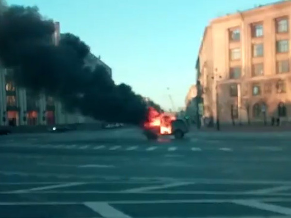 Дальнобойщики сожгли машину у Смольного в знак протеста