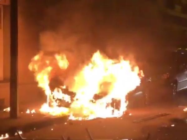 В Париже в ходе акции протеста сожгли полицейскую машину и побили трех силовиков