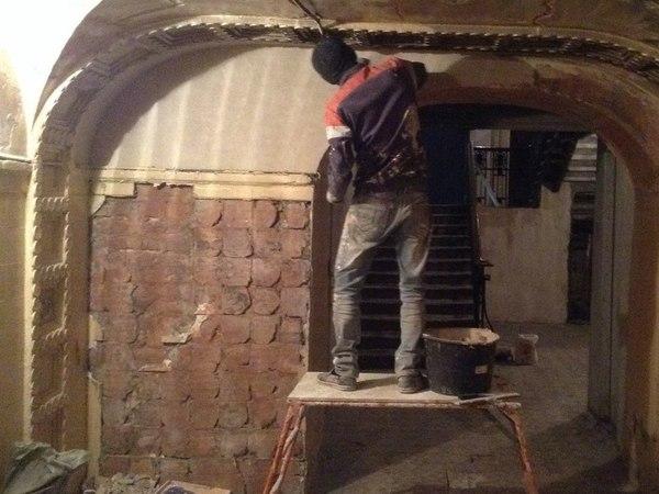 В Петербурге демонтируют старинную плитку в доме имперской постройки