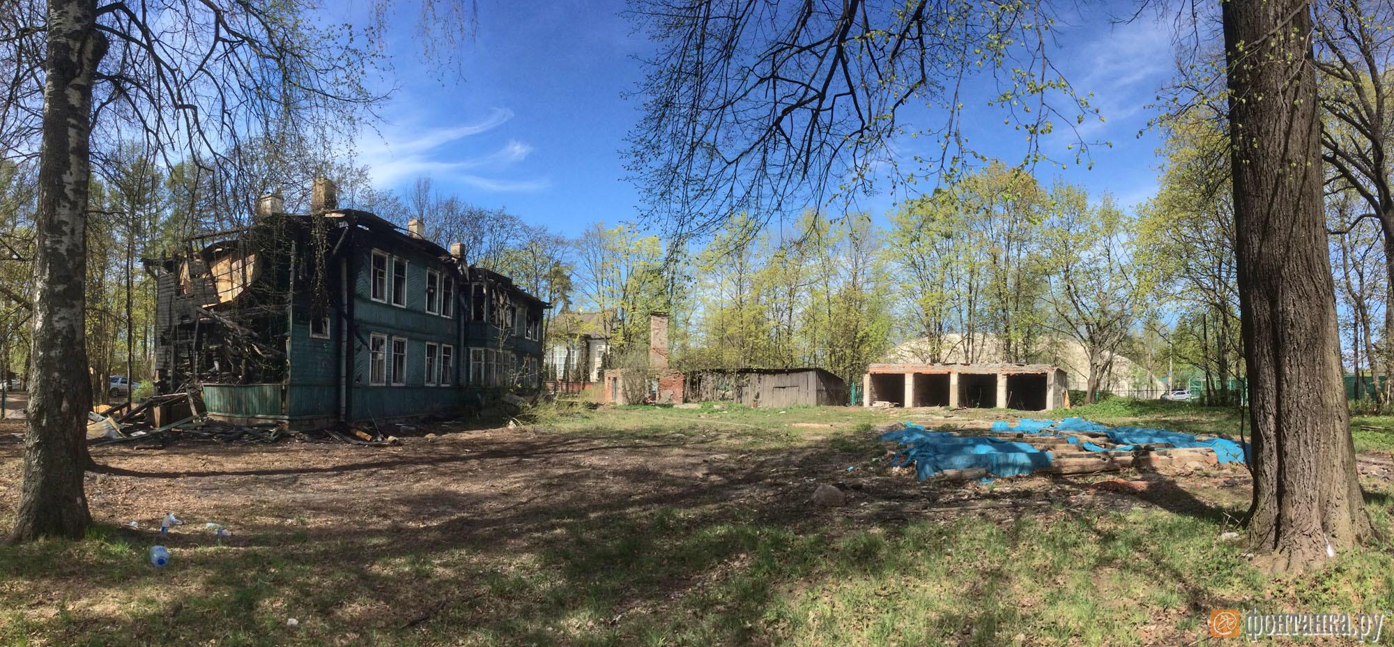 Слева горевшее 21-го мая здание, справа территория снесенного памятника