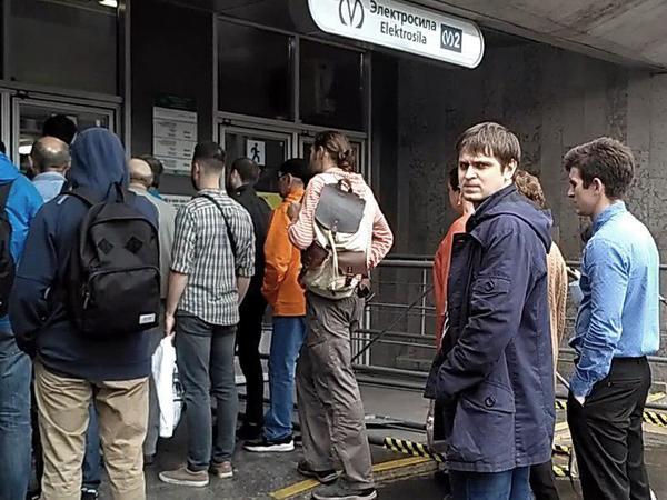 Почему пассажиров метро поставили в очередь