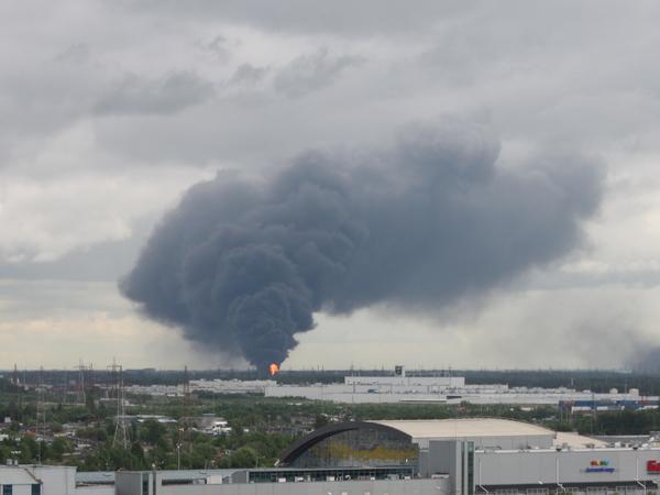 В Металлострое горит лакокрасочный завод. Очевидцы сообщают о взрывах