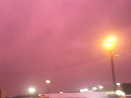 «Крыша рухнула, и я прыгнул в коридор»: ураган в США убил ребёнка и окрасил небо в пурпур