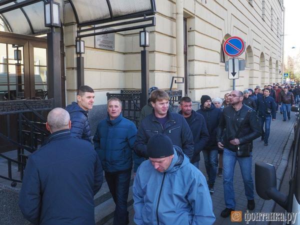 В Петербурге рабочие устроили забастовку и пришли в офис «Метростроя» требовать зарплату