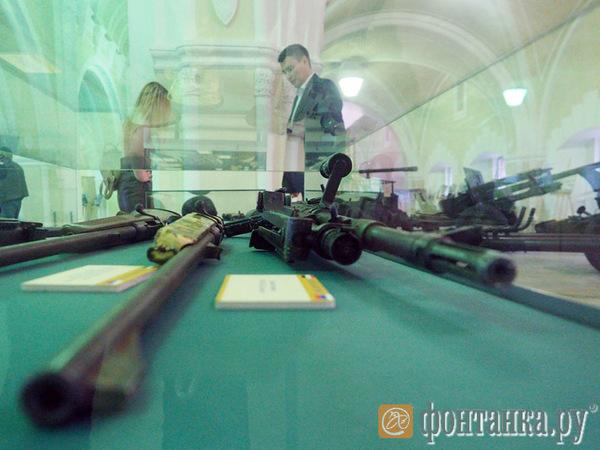 Пистолет-пулемет ППШ 1941 года, китайский автомат Калашникова и самодельный миномет. Минобороны показало петербуржцам, чем ведут войну террористы в Сирии