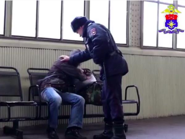 «Боже, верни его на путь истинный». Транспортная полиция в проморолике показала сочувствующего бездомным и многодетным сотрудника