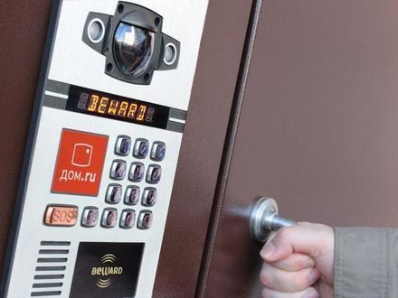 Смольный взял 2 млн рублей за слепоту: установка видеодомофонов по программе «Безопасный город» отстала от графика