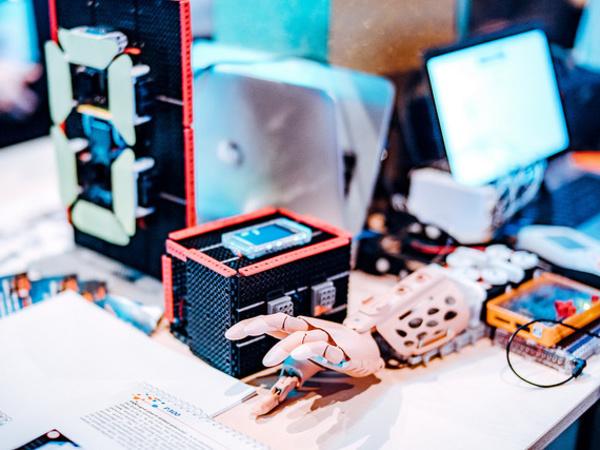 Пластик из крапивы, акустическая заморозка и обучающие роботы. Что Россия показала миру на крупнейшем технологическом форуме Европы
