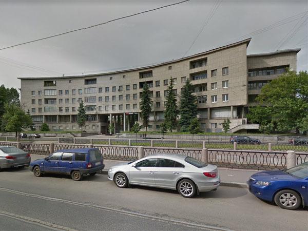 Дом Ленсовета подтачивает Карповка. Спасали здание пенопластом в трещины