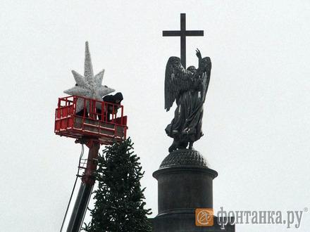 Главную елку Петербурга увенчали звездой