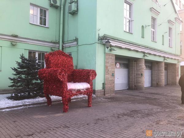 Пожарную часть на Московском проспекте украсили огромным троном. Вечером кресло будет гореть