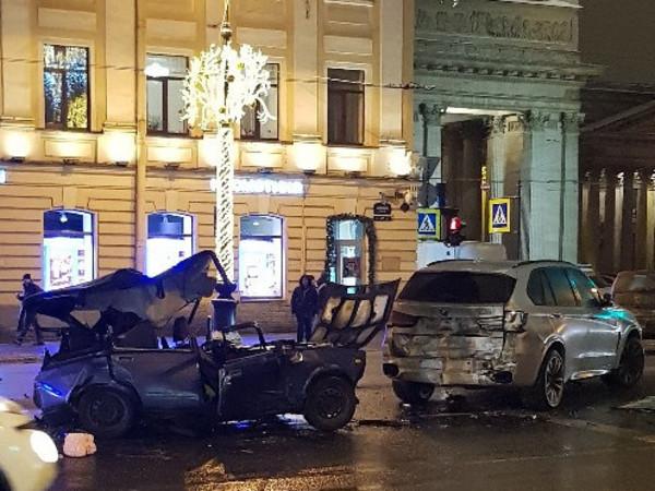 Вскрытые «Жигули» и битый каршеринг – массовое ДТП на ярком и пустом Невском