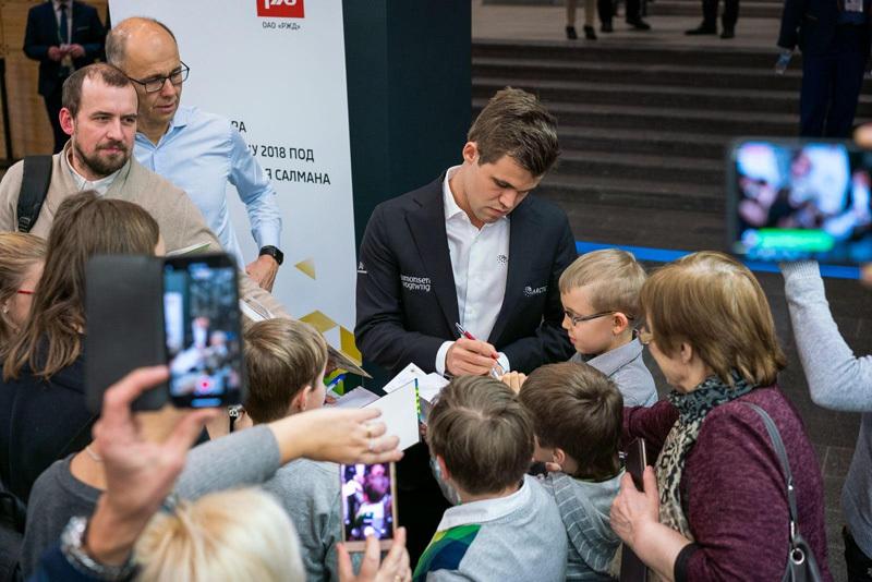 Магнус Карлсен раздает автографы//Фото: Леннарт Отес