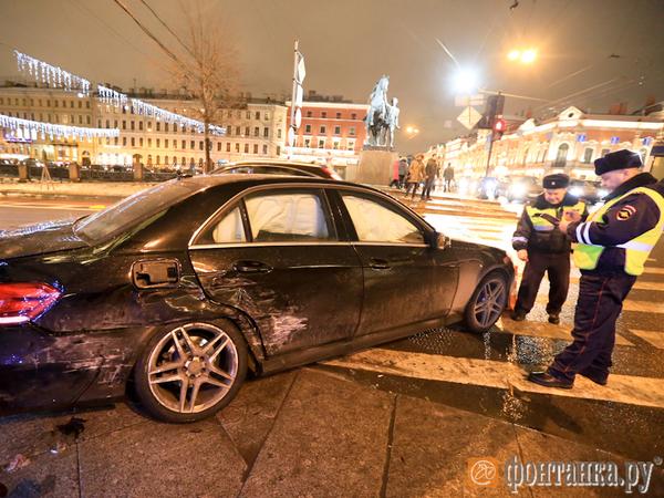 На Невском «Мерседес» вылетел на тротуар и сбил шестерых пешеходов. Трое пострадавших в тяжёлом состоянии, среди них ребёнок