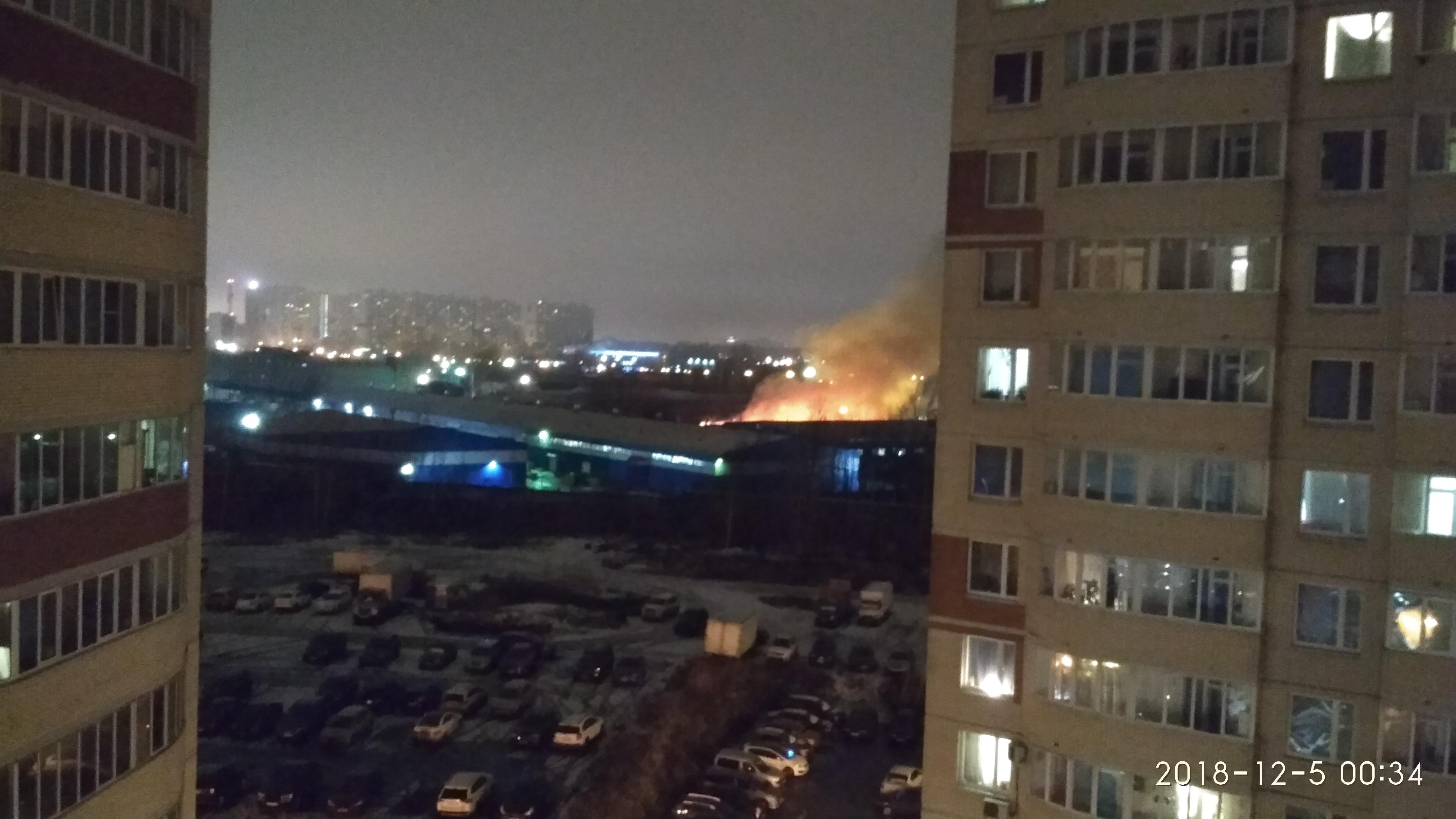 Площадь пожара на Латышских стрелков увеличилась до двух тысяч квадратных метров. Жители окрестных домов жалуются на запах дыма (Иллюстрация 1 из 1) (Фото: Игорь Агафонов)