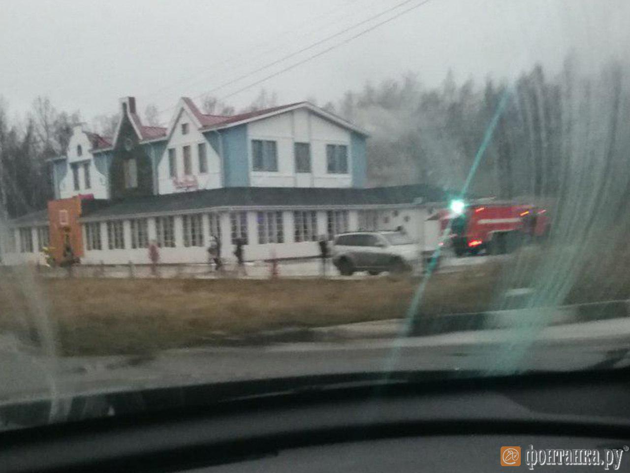 В Петергофе загорелся ресторан «Чабрец» (Иллюстрация 1 из 1) (Фото: читатель