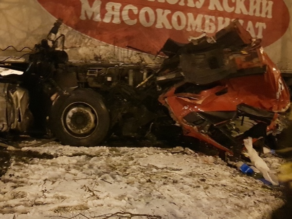 «Ночь жестянщика» в Петербурге: машины заносило и переворачивало. На Витебском у фуры оторвало кабину